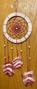 Traumfänger mit Federn und Perlen